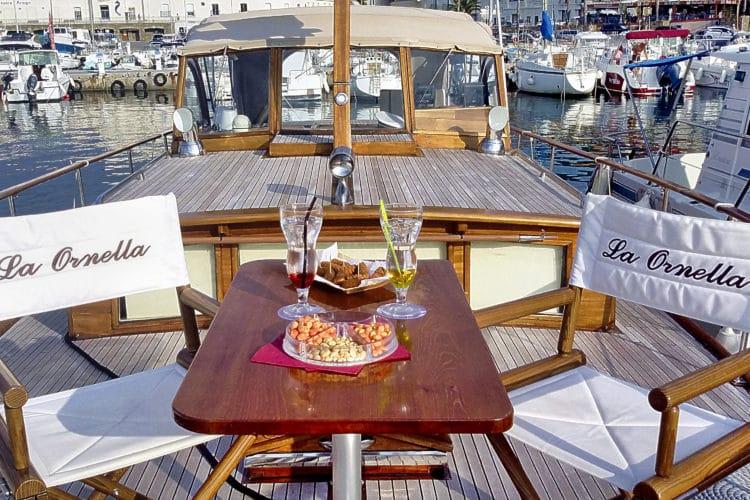Apéritif à bord d'un bateau en location