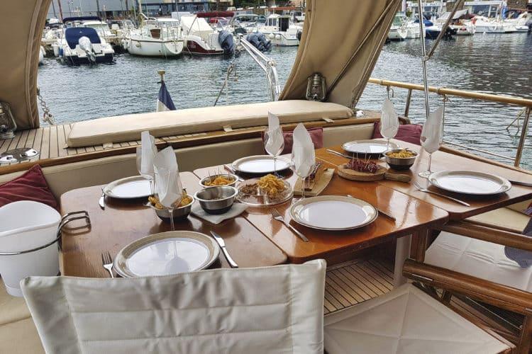 Manger sur un bateau en famille