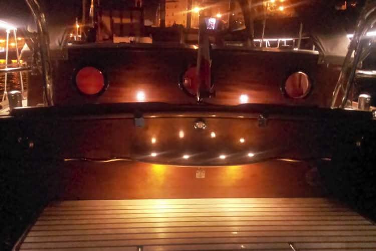 Bateau avec éclairage nocturne