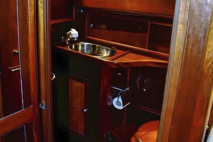 Cabinet de toilette du bateau