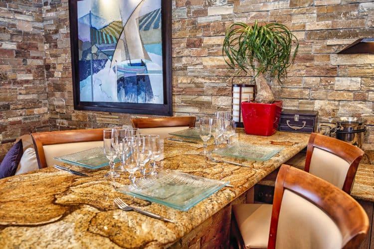 Table en granite dans une location à Banyuls