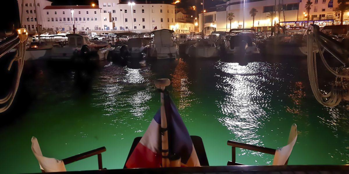 Bateau avec éclairages sous marin