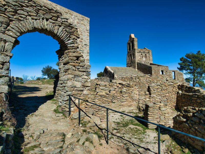 Ruines et village médiéval en Catalogne