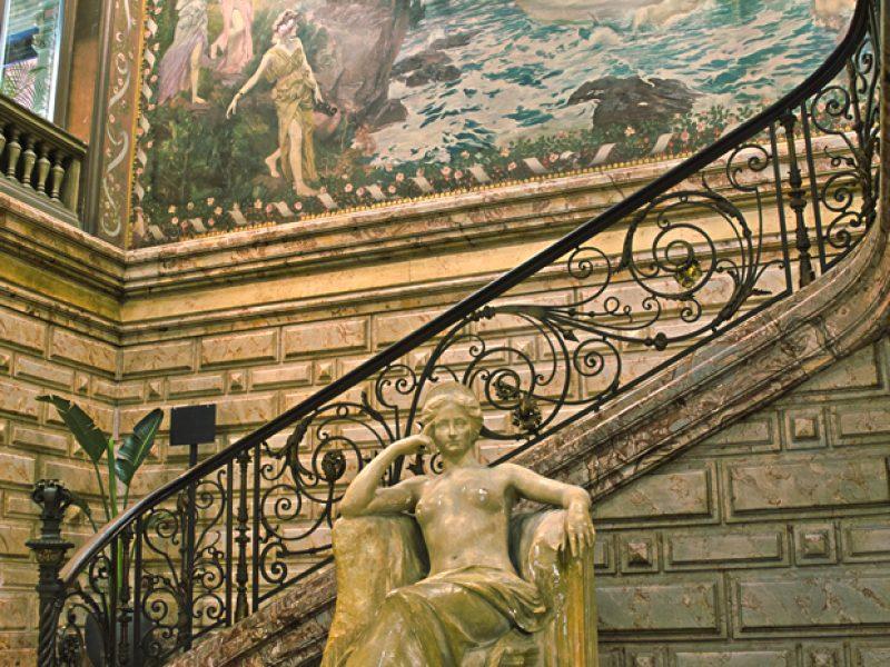 Escalier luxueux de l'hôtel Pams